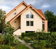 Huis in de tuin Stock Afbeelding