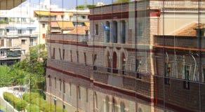 Huis in de vensters wordt weerspiegeld dat Stock Foto