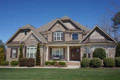 Huis in de voorsteden buiten met een steenportiek in een buurt in Noord-Carolina royalty-vrije stock foto's