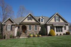Huis in de voorsteden met een steen en een baksteen buiten in een buurt in Noord-Carolina royalty-vrije stock foto's