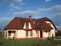 Huis in de voorsteden met het Gebied van het Gras van Nice Royalty-vrije Stock Afbeeldingen