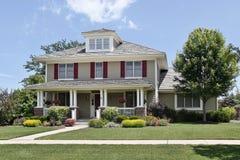 Huis in de voorsteden met rode blinden Stock Foto's