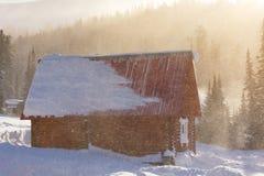 Huis in de voorsteden tijdens een sneeuwval op een de winterdag Royalty-vrije Stock Foto