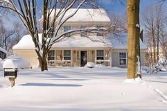 Huis in de wintersneeuw Stock Foto's