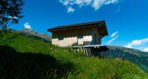 Huis in de Zwitserse bergen Stock Foto