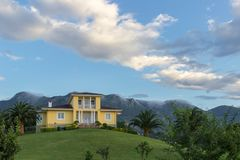 Huis dichtbij de berg in bufones DE pria Stock Foto's