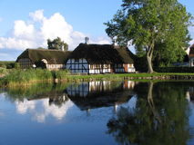 Huis dichtbij de vijver in Danmark Stock Afbeelding