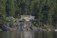 Huis dichtbij de waterkant bij overzees vijf Stock Afbeeldingen