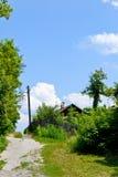 Huis dichtbij de weg Stock Foto's