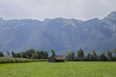 Huis dichtbij de wortels van de berg Stock Foto