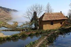 Huis dichtbij het terras Hani paddyfield stock foto