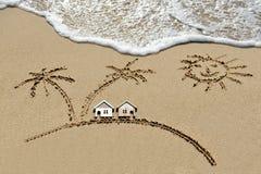 Huis dichtbij overzees, strand, zon en palmen Stock Foto's
