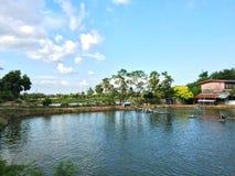 Huis dichtbij rivier en blauwe hemel stock afbeeldingen
