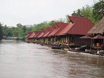 Huis dichtbij rivieroever Stock Foto's