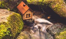 Huis dichtbij water Stock Foto's