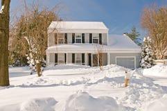 Huis in diepe de wintersneeuw Stock Foto's
