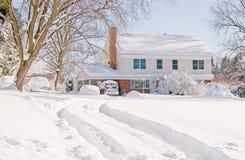 Huis in diepe de wintersneeuw Stock Foto