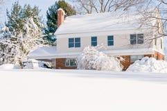 Huis in diepe de wintersneeuw Stock Fotografie
