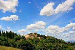 Huis door bomen in Val D ` Orcia, Toscanië, Italië wordt omringd dat stock afbeelding