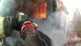 Huis door brand totaal wordt vernietigd die Vlammen die het binnenland van een huis overspoelen stock footage