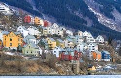 Huis door de fjord. Odda, Noorwegen royalty-vrije stock foto