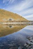 Huis door het meer stock foto