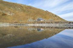 Huis door het meer Stock Foto's