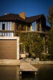 Huis door het water Royalty-vrije Stock Afbeeldingen