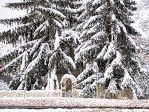 Huis door sneeuw wordt verborgen die Royalty-vrije Stock Afbeeldingen