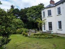 Huis door St Mary's Parochiekerk in Onder- Alderley Cheshire Stock Foto's