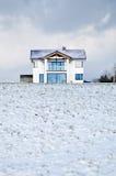 Huis in een de winterweide Stock Afbeelding