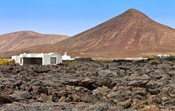 Huis in een dor landschap, Tahiche, Lanzarote Stock Foto's