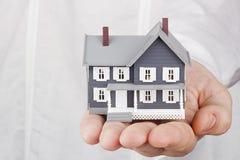 Huis in een Hand Royalty-vrije Stock Foto