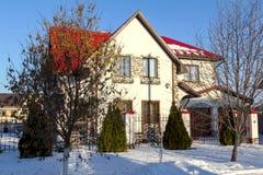 Huis in een plattelandshuisjeregeling royalty-vrije stock afbeelding