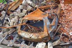 Huis en auto door brand en explosie wordt vernietigd die Royalty-vrije Stock Afbeeldingen