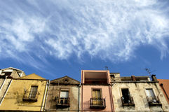 Huis en blauwe hemel stock foto's