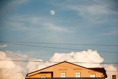 Huis en blauwe hemel met maan Stock Afbeelding