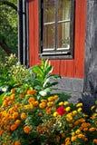 Huis en bloemen stock afbeeldingen