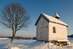 Huis en boom in sneeuw royalty-vrije stock foto