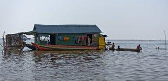 Huis en boten, Tonle-Sap, Kambodja royalty-vrije stock fotografie