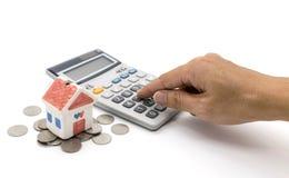 Huis en calculator en hand Stock Foto's