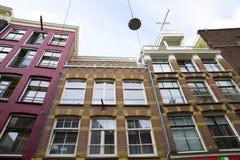 Huis en gebouwen bij de stad van Amsterdam stock afbeelding