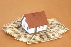 Huis en geld Stock Afbeeldingen