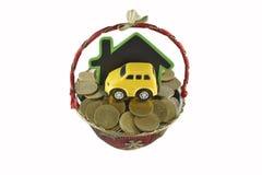 Huis en geldideeën voor besparing op witte achtergrond Stock Afbeeldingen