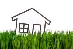 Huis en groen gras Stock Afbeeldingen