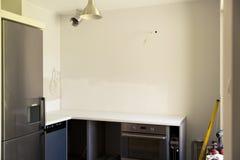 Huis en keukenvernieuwing Het onvolledige keuken remodelleren Bouwwerf met bouwhulpmiddelen Stock Afbeelding
