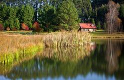Huis en meer in platteland royalty-vrije stock afbeeldingen