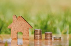 Huis en muntstukkenstapel voor besparing om een huis te kopen stock foto's