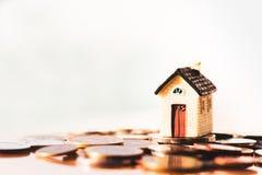 Huis en muntstukkenstapel voor besparing om een huis te kopen Bezitsinvestering en het financi?le concept van de huishypotheek stock afbeelding