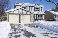 Huis en Oprijlaan die met Verse Sneeuw #1 wordt behandeld Stock Afbeelding